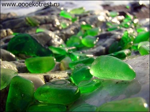 Стеклянный пляж в Калифорнии США из мусора