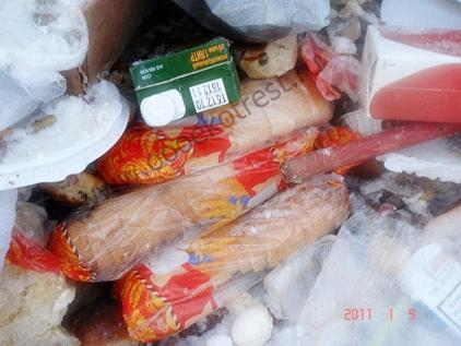 Хлеб в мусоре