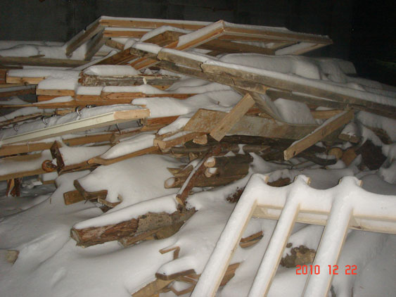 Доски на переработку под снегом