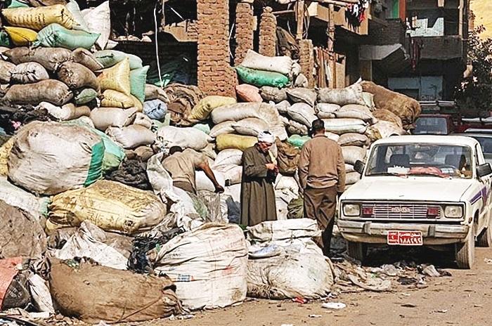 Район Мукаттам заваленный тюками с мусором