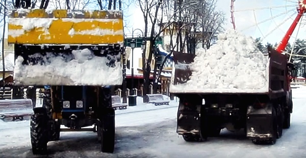 Погрузка снега трактором