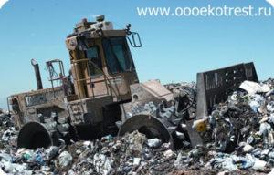 27 тонный каток уплотняет мусор