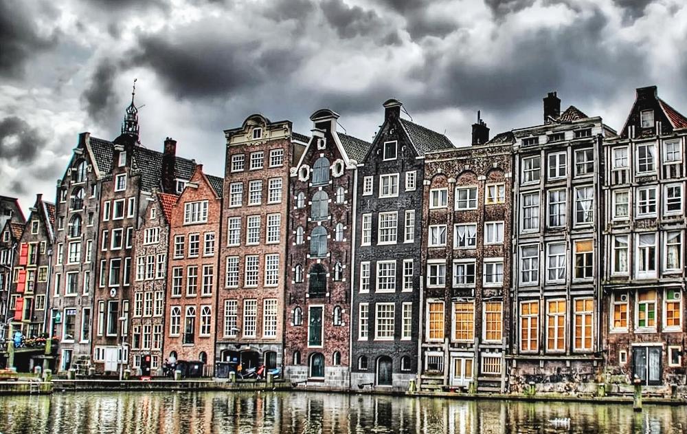 Амстердам в серых тучах