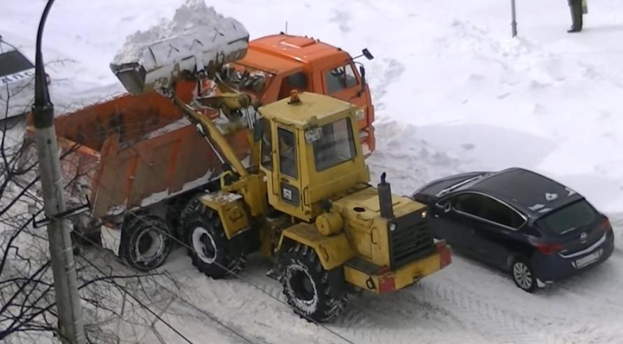 Погрузка снега в камаз