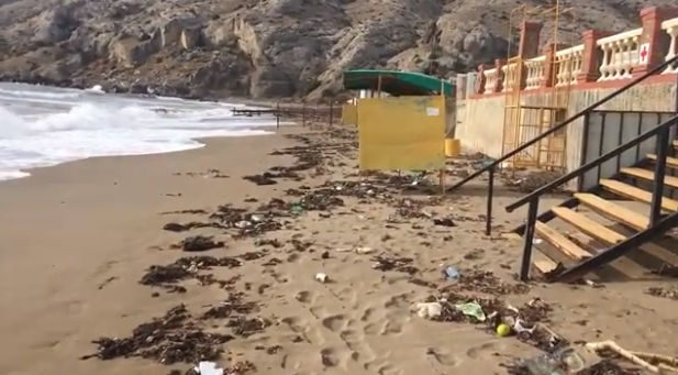 Мусор на пляже в Крыму